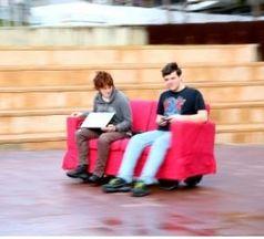 Ingenieurstudenten Laura Hodges und Fred Westling steuern die RoboCouch. Quelle: Leilah Schubert (idw)