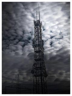 Mobilfunkmast vor gepulsten Chemtrails: Hat der weltweite Einsatz von immer mehr Mikrowellenstrahlung etwas mit der gemessenen Erderwärmung zu tun? (Symbolbild)