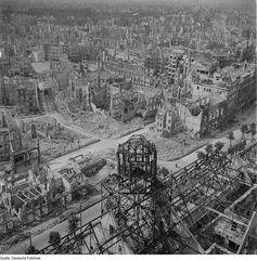 Foto mit dem Blick vom Rathausturm von Dresden nach dem Massenmord der Allierten (1945)