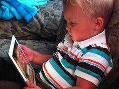 Junge vor dem iPad: Lernen 2.0 auf dem Prüfstand. Bild: flickr.com/james_fuller