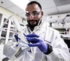 Laborant beim Zusammenbau einer Knorpel-Batterie.