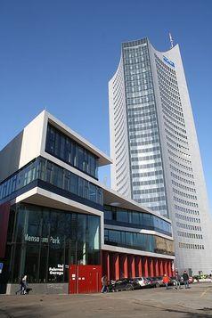 Das City-Hochhaus der Universität Leipzig mit Mensa am Park Bild: JesterWr / de.wikipedia.org