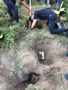 Graben mit Schaufeln und Klappspaten (Bild: Feuerwehr Frankfurt am Main)