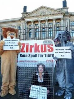 """Ilse Aigner"" im Zirkuskäfig: PETA-Aktion vor dem Bundesrat / November 2011. Bild: PETA"