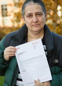 Louise Johnson mit KFC-Brief: alles andere als tot. Bild: tamworthherald.co.uk