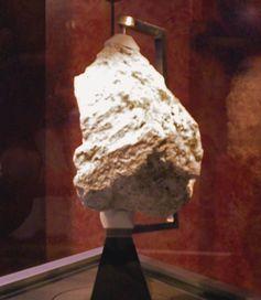 Apollo-Probe #60025, aufgesammelt durch Apollo 16 und gegenwärtig im National Museum of Natural History in Washington, D.C., ausgestellt.