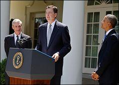 Comey (am Pult) bei seiner Vorstellung mit Vorgänger Robert Mueller (links) und Präsident Obama (2013), Archivbild