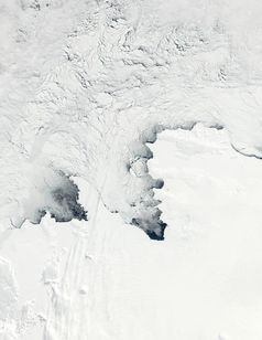 Abb. 1: Kalte südliche Winde treiben das Meereis von der Antarktischen Küste weg. Quelle: Jacques Descloitres, MODIS Land Rapid Response Team, NASA/GSFC (idw)