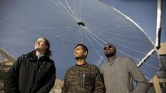 Das Forscher-Team der EPFL vor einem großen Parabolspiegel.