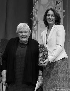 Bundesministerin Katarina Barley (re.) mit Gudrun Pausewang bei der Preisverleihung zum Deutschen Jugendliteraturpreis 2017