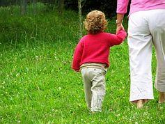 Geborgenheit ist die beste Voraussetzung für gesunde Entwicklung. Bild: pixelio.de/Sturm