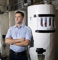 DTU-Forscher Gerald Englmair mit seinen Test-Salzspeichern.