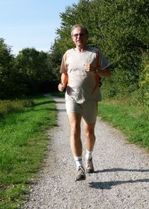 Jogger: Männer werden laufend älter. Bild: pixelio.de, Dieter Schütz