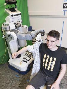 Rein in den Ärmel: Roboter muss hier sehr behutsam sein.