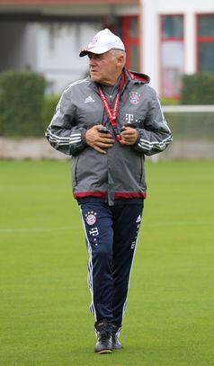 Hermann Gerland auf dem Gelände des FC Bayern München (2015)