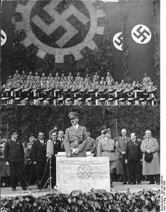 26. Mai 1938: Grundsteinlegung des Volkswagenwerkes durch Hitler, vorn rechts Ferdinand Porsche, Archivbild