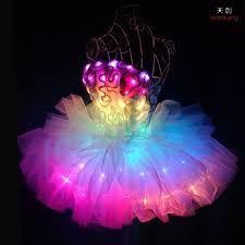Ein mit Leuchtdioden ausgestattetes Hightech-Abendkleid.