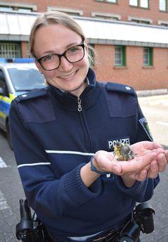 Polizeikommissarin Isabell Marohn fand den kleinen Jungvogel auf dem Bürgersteig.