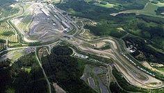 Nürburgring, Grand-Prix-Strecke (oben links ein Teil der Nordschleife) Bild: Maksim / Walter Koch / de.wikipedia.org