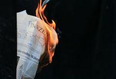Brennendes Papier: Kritik niederbügeln?