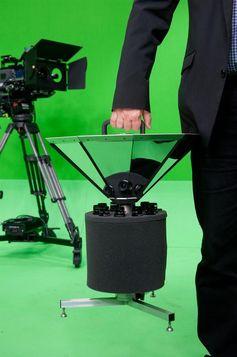 Der Kameramann kann die nur 15 Kilogramm schwere Panorama-Kamera mühelos transportieren. Quelle: © Fraunhofer HHI (idw)