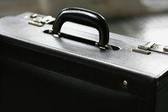 Aktenkoffer: Mitarbeiter fühlen sich nicht gebunden. Bild: pixelio.de/R. Sturm