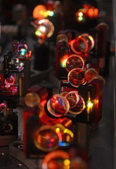 Das LAP-Team hat einen Ytterbium:Yttrium-Aluminium-Granat Scheibenlaser entwickelt, der Lichtpulse mit einer Dauer von 7,7 Femtosekunden und 2,2 Lichtwellenausschlägen aussendet. Diese Pulse verfügen über eine durchschnittliche Leistung von sechs Watt und 0,15 Mikrojoule Pulsenergie, eineinhalb Größenordnungen mehr als kommerziell erhältliche Ti:Sa Laser.