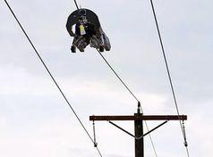 Roboter: Befestigt Glasfaserkabel an Stromleitung.