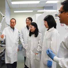 Hanwu Lei (links) mit Team: Plastikmüll wird zum Flugzeug-Sprit.