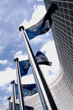 Flaggen vor dem Berlaymont-Gebäude, dem Sitz der Europäischen Kommission. Bild: Xavier Häpe / wikipedia.org