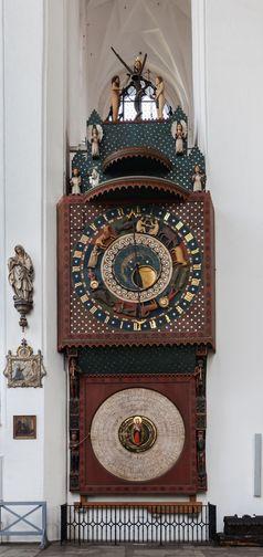 Im linken Seitenschiff der St. Marienkirche in Danzig: Astrologische Uhr von Hans Düringer aus Nürnberg (15. Jahrh.), mit einer Cisiojanus-Anzeige