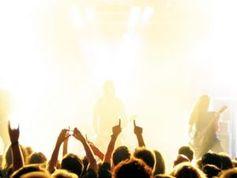 Fans beim Konzert: Traurige Songs sind beliebt. Bild bluefeeling, pixelio.de
