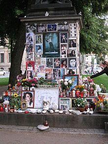 Gedenkstätte für Michael Jackson im Zentrum von München, direkt vor dem Hotel Bayerischer Hof, in dem Jackson sich zu einem Konzert in München aufhielt. Bild: Cholo Aleman / wikipedia.org