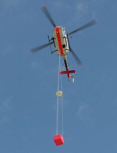 Unter dem Hubschrauber des DLR befindet sich eine Referenzantenne (Mitte) und eine Empfangseinrichtu Quelle: (Foto: FCS Flight Calibration Services GmbH) (idw)