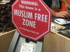 Schild: Waffen-Shop-Betreiber erregt Aufsehen. Bild: WFTS/CNN