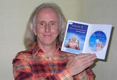 Der englische Geistheiler Karma Singh mit der ersten produzierten DVD. Bild: Thorsten Schmitt / ExtremNews