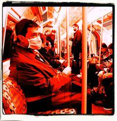 Nie wieder in öffentlichen Verkehrsmitteln ohne eine stickige und bakterienverseuchte Maske fahren? Die Politik will es - die Ärzte raten ab (Symbolbild)