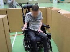 Rollstuhl weicht Hindernissen aus.
