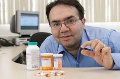 Professor Etminan mit unterschiedlichen Antibiotika.