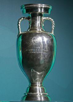 Der Pokal für den Gewinn der UEFA Fußball-Europameisterschaft in der überarbeiteten größeren Version, wie er seit 2008 vergeben wird. (Symbolbild)