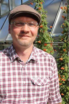 Prof. Dr. Maximilian Weigend mit einem Blumennesselgewächs im Botanischen Garten der Universität Bonn. Quelle: (c) Henner Euting/Uni Bonn (idw)