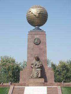 Unabhängigkeitsdenkmal des Mutterlandes Taschkent: Usbekistans Umriss erscheint auf dem Globus; die glückliche Mutter, Symbol für das Mutterland, kümmert sich um die Zukunft, das Kind