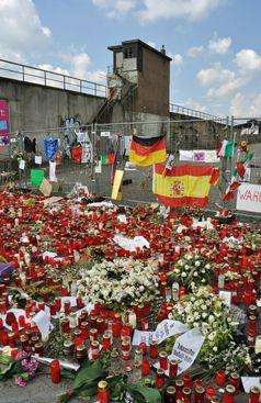 Loveparade: Kondolenz an der Ostrampe (3. August 2010)