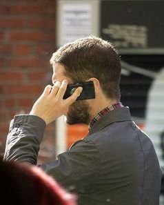 Telefon: Kontakt mit Handy erzeugt elektrische Energie. Bild: wikimedia.org