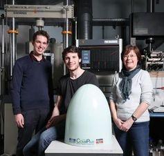 EPFL-Forscher mit Teil aus selbstheilendem Plastik.