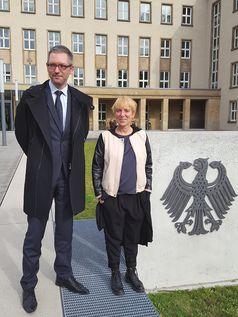 Rebecca Molinari (re.) und ihr Anwalt Christian Zimmer vor dem Bundessozialgericht. Bild: privat