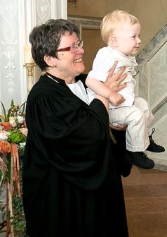 Bischöfin Junkermann während der Taufe eines Kindes