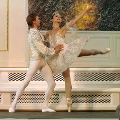 Balletttänzer in typischer Kostümierung für klassisches Ballett