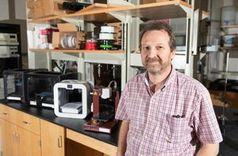 Atmosphärenforscher Rodney Weber mit seinen 3D-Druckern.