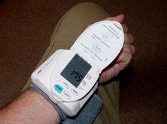 Blutdruck messen: Hypertonie greift Gehirn an. Bild: pixelio.de, D. Schütz